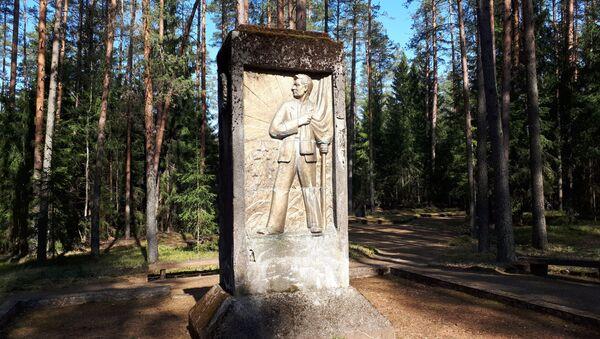 Памятник на кладбище жертв нацистского террора на горке Пинес под городом Валка - Sputnik Latvija