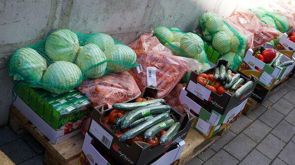Фирмы жертвуют благотворителям Hosspis LV продукты питания,  из которых будут приготовлены обеды латвийским врачам, борющимся с коронавирусом - Sputnik Латвия