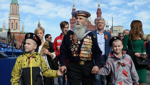 Ветеран с детьми перед началом военного парада в ознаменование 70-летия Победы в Великой Отечественной войне 1941-1945 годов - Sputnik Латвия
