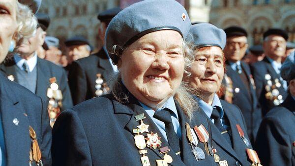 Ветераны Великой Отечественной войны во время парада на Красной площади в Москве - Sputnik Латвия
