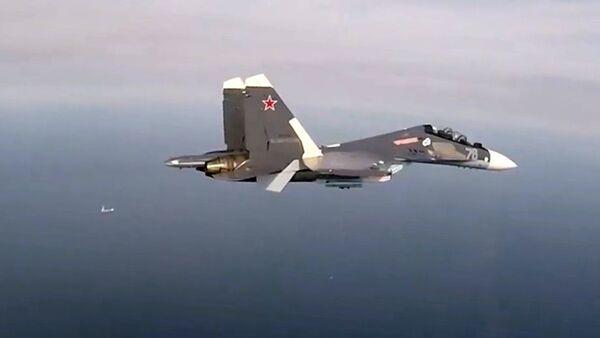 Многоцелевой истребитель Су-30СМ Балтийского флота во время плановой тренировки по нанесению авиаударов по надводным целям в Балтийском море - Sputnik Latvija