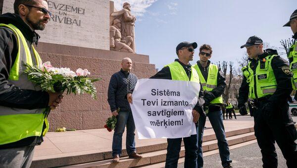 Пикет Фронта народной власти у памятника Свободы в Риге 1 мая - Sputnik Latvija