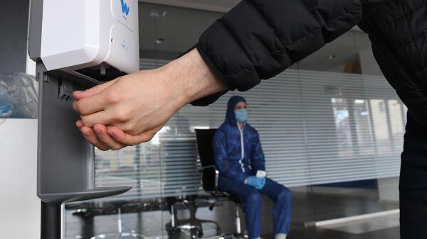 Мужчина пользуется антисептиком, иллюстративное фото - Sputnik Латвия