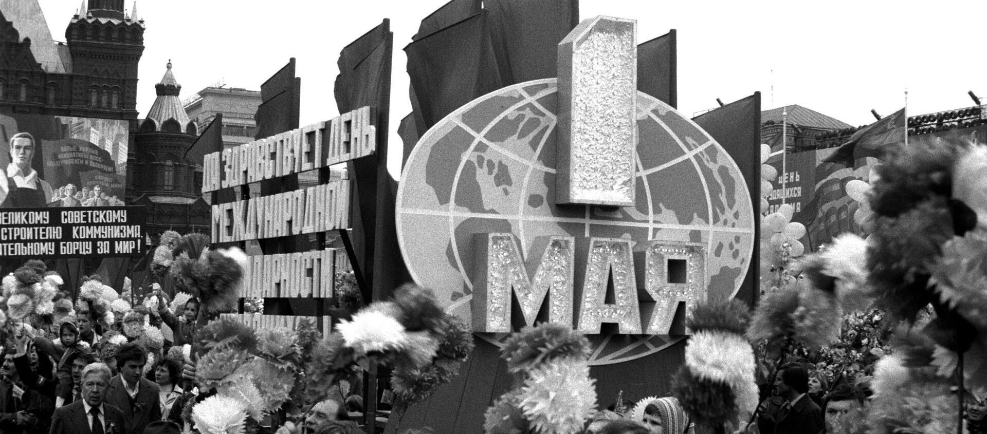 Демонстрация трудящихся на Красной площади в Москве 1 Мая 1982 года - Sputnik Латвия, 1920, 01.05.2020