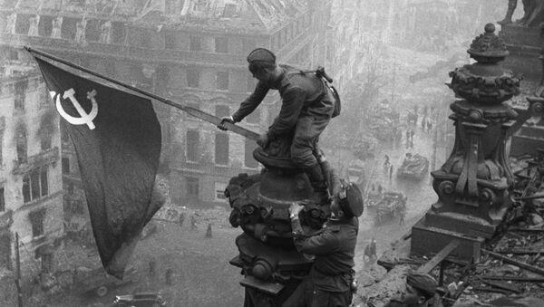 Знамя Победы над Рейхстагом в Берлине, 1945 год - Sputnik Latvija