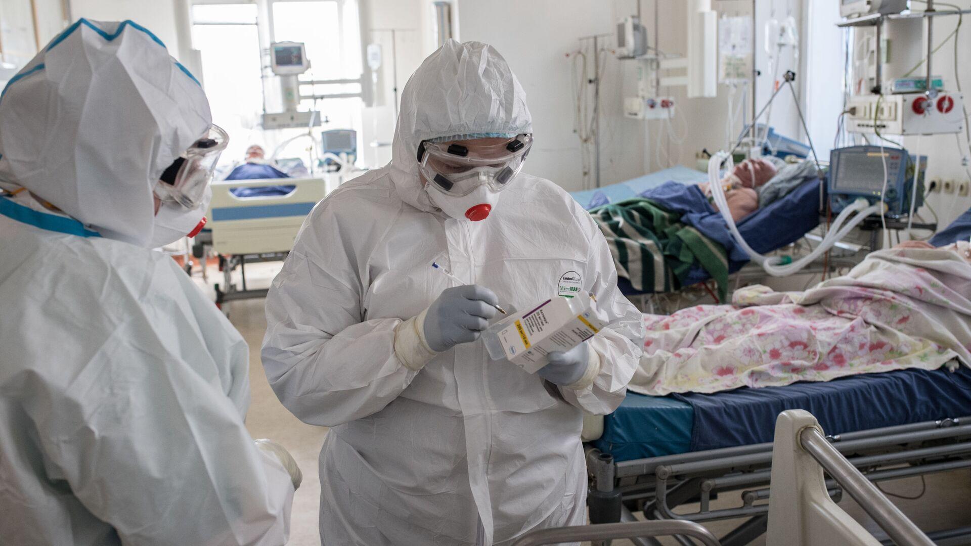 Медицинские работники в отделении реанимации для больных с коронавирусной инфекцией - Sputnik Латвия, 1920, 24.08.2021