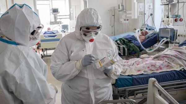 Медицинские работники в отделении реанимации для больных с коронавирусной инфекцией - Sputnik Latvija
