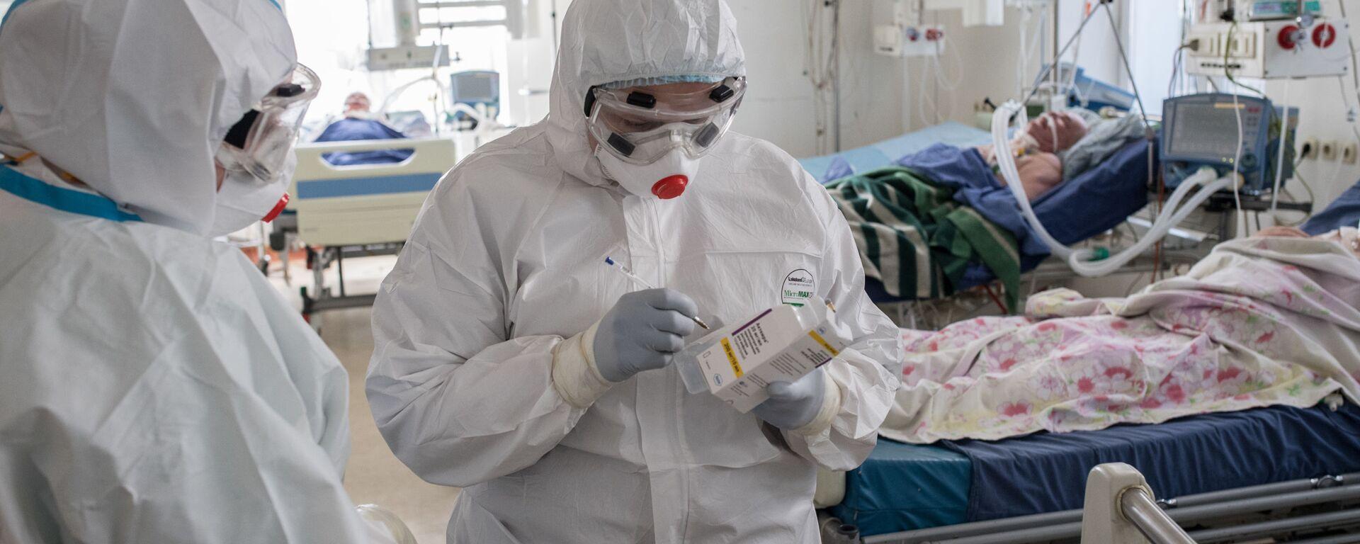 Медицинские работники в отделении реанимации для больных с коронавирусной инфекцией - Sputnik Латвия, 1920, 19.10.2020