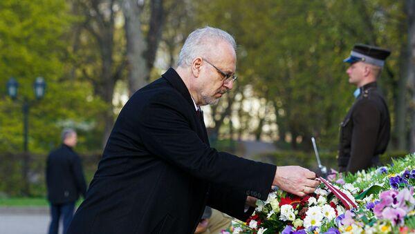 Президент Латвии Эгилс Левитс возлагает цветы к памятнику Свободы 4 мая - Sputnik Латвия