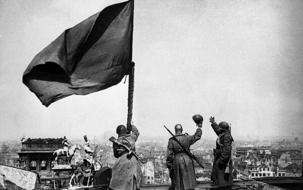Padomju karogs virs Reihstāga - Sputnik Latvija