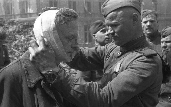 Padomju karavīrs sniedz medicīnisko palīdzību vietējam iedzīvotājam - Sputnik Latvija