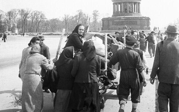 Berlīnes iedzīvotāji atgriežas mājās - Sputnik Latvija