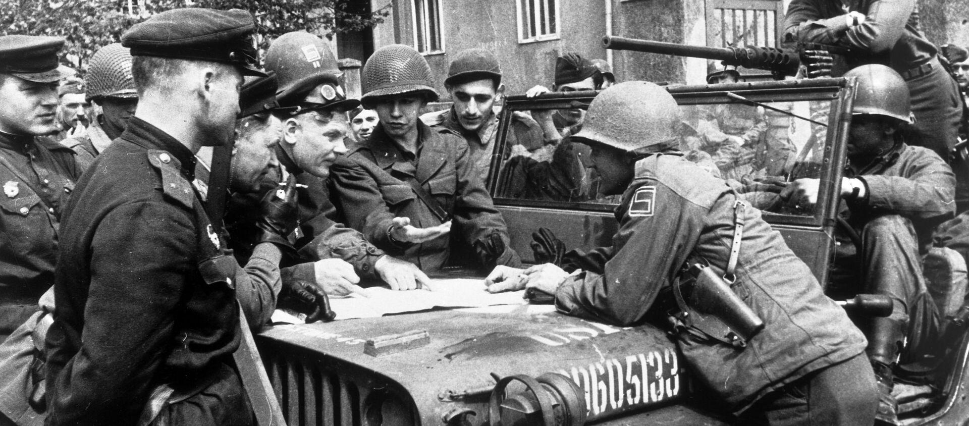 25 апреля 1945 года в районе Торгау на Эльбе войска 1-го Украинского фронта встретились с войсками 1-й армии США. - Sputnik Latvija, 1920, 04.04.2021