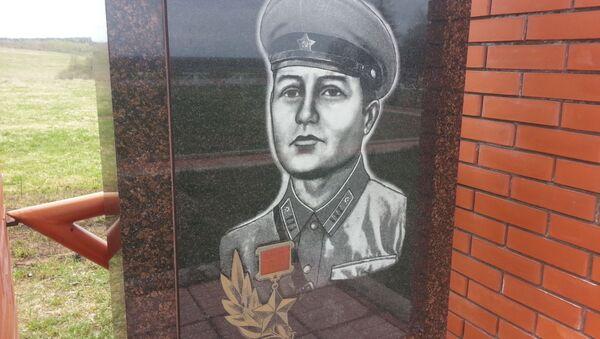 Памятник Яну Райнбергу на мемориале в деревне Монаково - Sputnik Latvija