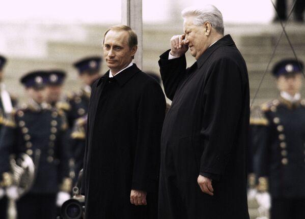 Первый Президент РФ Борис Ельцин и президент РФ Владимир Путин в день инаугурации Владимира Путина в 2000 году - Sputnik Латвия