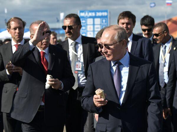 Президент РФ Владимир Путин и президент Турции Реджеп Тайип Эрдоган с мороженым во время посещения Международного авиакосмического салона МАКС-2019 - Sputnik Латвия