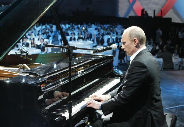 Премьер-министр РФ Владимир Путин играет на рояле на благотворительном концерте в Ледовом дворце Санкт-Петербурга - Sputnik Латвия