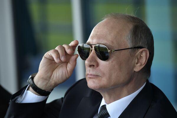 Президент России Владимир Путин наблюдает за демонстрационными полетами пилотажных групп во время посещения XIII Международного авиационно-космического салона МАКС-2017 в подмосковном Жуковском - Sputnik Латвия