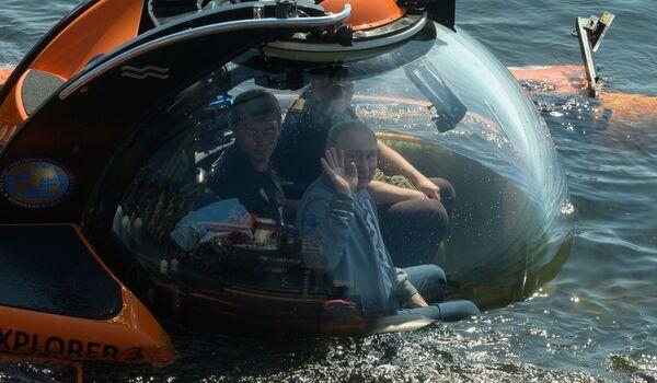 Президент РФ Владимир Путин перед началом погружения, для осмотра подводной лодки Щ-308 Семга, затонувшей во время Великой Отечественной войны, в батискафе на дно Финского залива - Sputnik Латвия