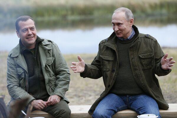 Премьер-министр РФ Дмитрий Медведев и президент РФ Владимир Путин на острове Липно в Новгородской области - Sputnik Латвия