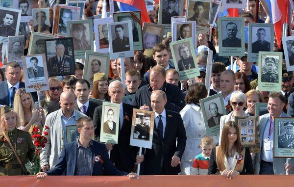 Владимир Путин возглавляет шествие Региональной патриотической общественной организации Бессмертный полк Москва по Красной площади - Sputnik Латвия