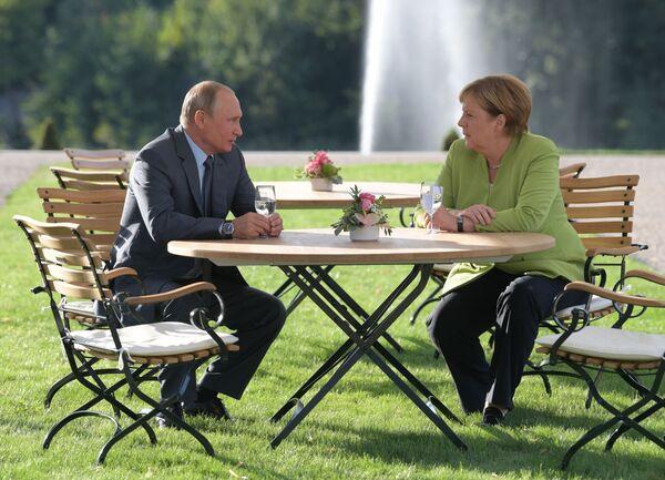 Президент России Владимир Путин и федеральный канцлер ФРГ Ангела Меркель во время встречи в резиденции правительства ФРГ Мезеберг - Sputnik Латвия
