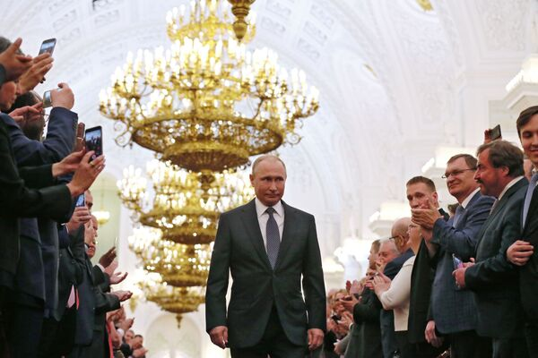 Избранный президент РФ Владимир Путин во время церемонии инаугурации в Кремле, 2018 год - Sputnik Латвия