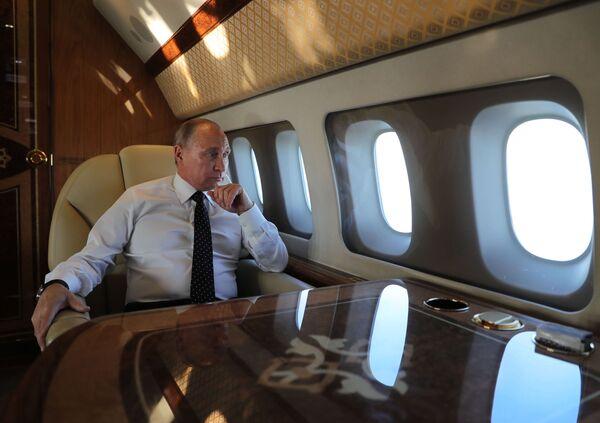Президент РФ Владимир Путин на борту президентского самолета - Sputnik Латвия