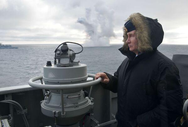 Владимир Путин наблюдает за ходом совместных учений Северного и Черноморского флотов в Черном море с борта ракетного крейсера Маршал Устинов - Sputnik Латвия