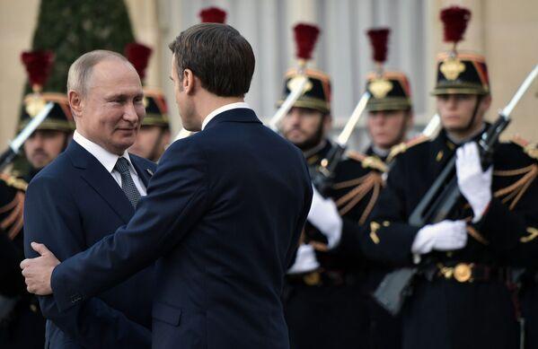Владимир Путин и Эммануэль Макрон на церемонии официальной встречи в Елисейском дворце - Sputnik Латвия