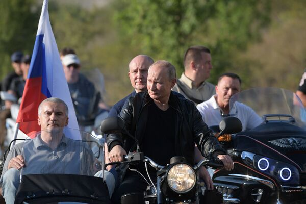 Президент России Владимир Путин в организованном мотоклубом Ночные волки международном байк-шоу Тень Вавилона в Севастополе - Sputnik Латвия