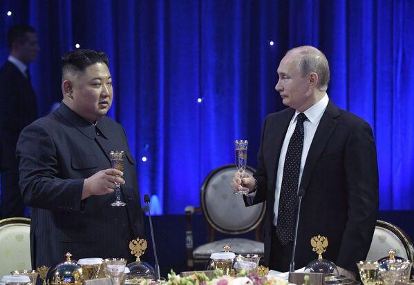 Президент РФ Владимир Путин на официальном приеме от имени президента РФ в честь председателя Госсовета Корейской Народно-Демократической Республики Ким Чен Ына после переговоров в кампусе ДВФУ во Владивостоке - Sputnik Латвия