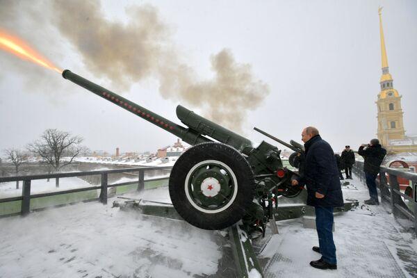 Владимир Путин производит выстрел из пушки во время прогулки по Петропавловской крепости - Sputnik Латвия