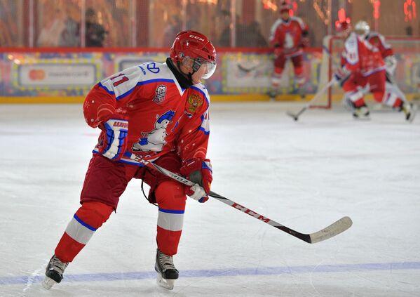 Президент России Владимир Путин в предновогоднем товарищеском матче Ночной хоккейной лиги на катке на Красной площади - Sputnik Латвия