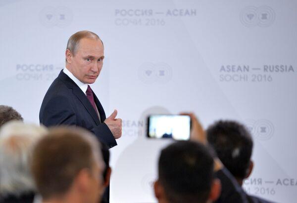Владимир Путин на встрече глав делегаций — участников саммита Россия — АСЕАН в Сочи, 2016 год - Sputnik Латвия