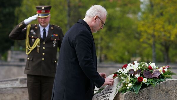 8 мая в День победы над нацизмом и день памяти жертв Второй мировой войны на Братском кладбище в Риге прошла церемония возложения цветов. Президент Латвии Эгилс Левитс - Sputnik Латвия