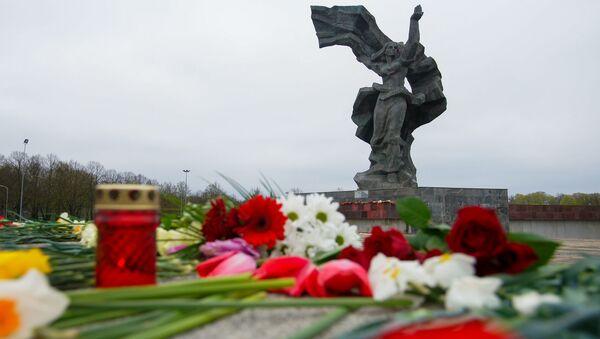 Цветы у памятника Освободителям 9 мая - Sputnik Latvija