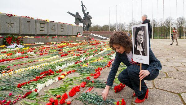 Маргарита Драгиле возлагает цветы у памятника Освободителям в Риге 9 мая - Sputnik Latvija