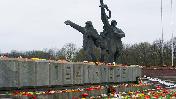 Цветы у памятника Освободителям в Риге 9 мая - Sputnik Latvija