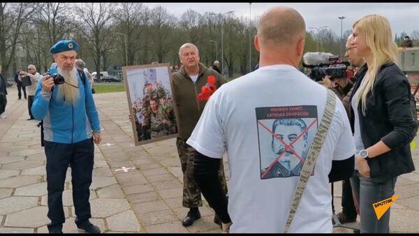 Латыши и русские должны быть вместе: перепалка у памятника Освободителям Риги - Sputnik Латвия