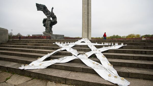 Пятиконечная звезда со свечами у памятника Освободителям - Sputnik Latvija
