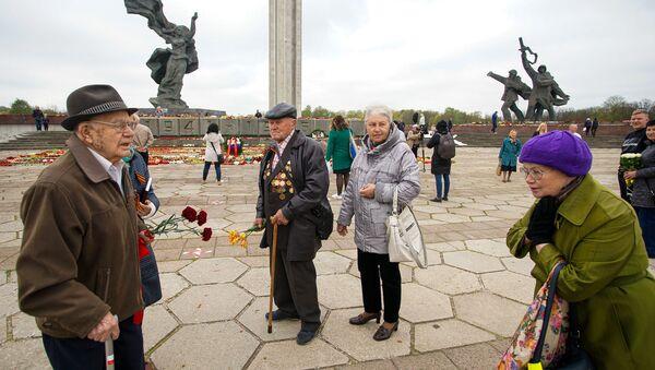 День Победы у памятника Освободителям в Риге - Sputnik Латвия
