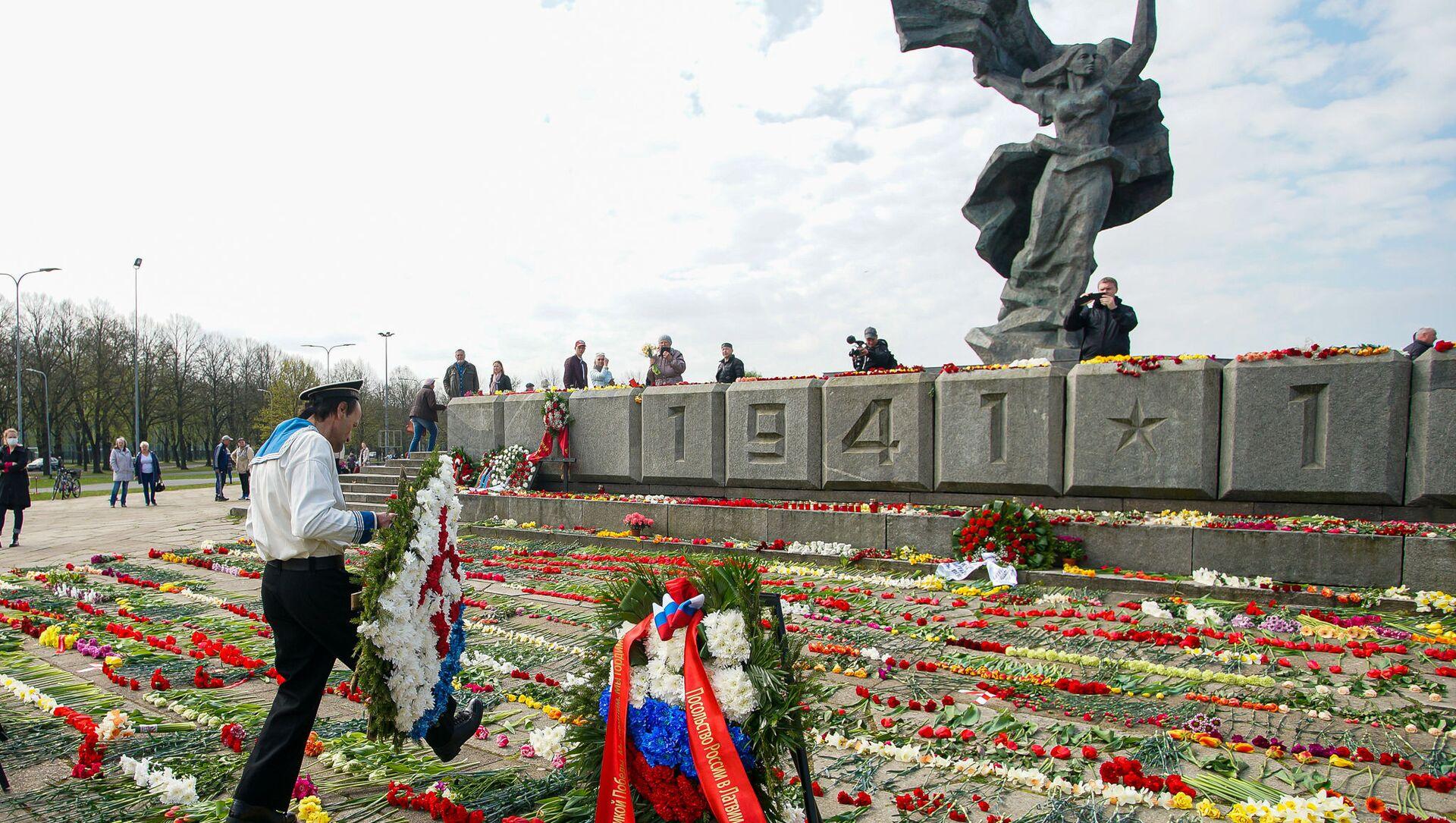 День Победы у памятника Освободителям в Риге - Sputnik Latvija, 1920, 06.05.2021