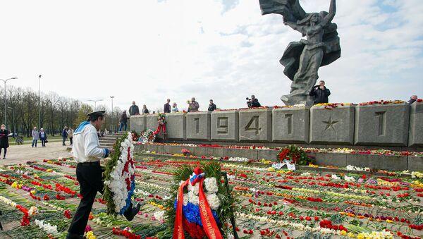 День Победы у памятника Освободителям в Риге - Sputnik Latvija