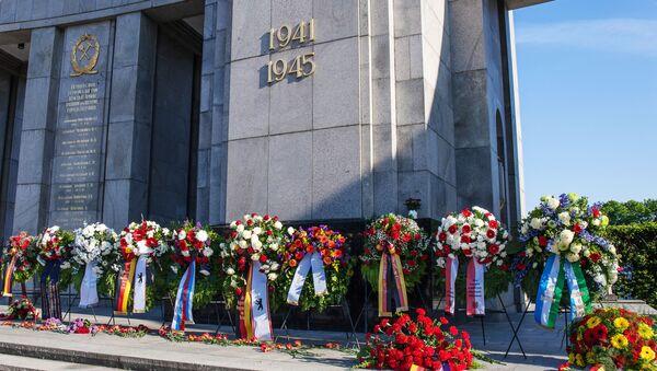 Венки у Мемориала павшим советским воинам в берлинском парке Тиргартен в День освобождения (День Победы во Второй Мировой войне). - Sputnik Латвия