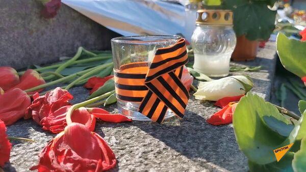 Море цветов рижане оставили у подножия памятника Освободителям в День Победы - Sputnik Latvija