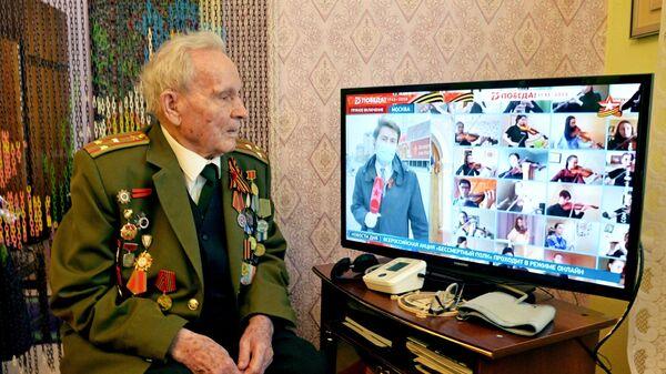 Ветеран Великой Отечественной войны Иван Иванович Довиденко смотрит онлайн-трансляцию акции Бессмертный полк - Sputnik Латвия