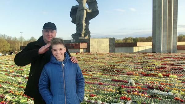 Сергей Дубовский с сыном у Монумента Победы в Риге - Sputnik Latvija