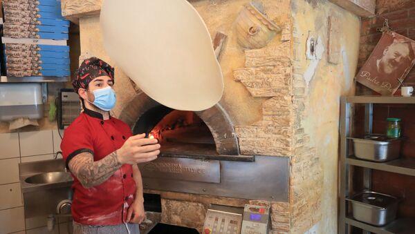 Приготовление пиццы в ресторане после облегчения карантинных мер в Германии - Sputnik Латвия