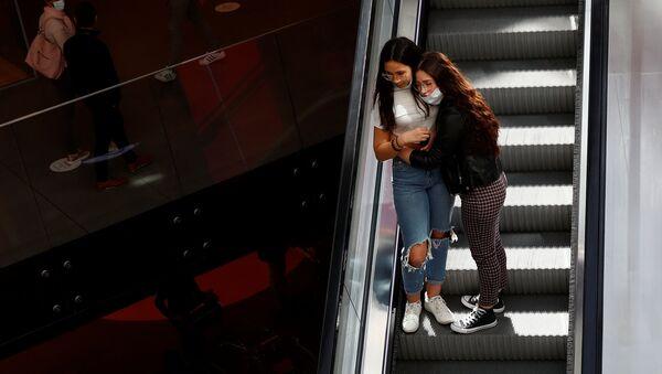 Девушки в торговом центре после облегчения карантинных мер в Бельгии  - Sputnik Latvija